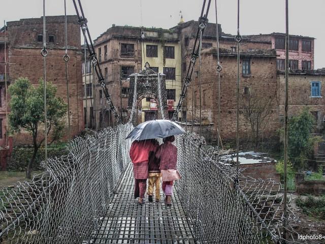 Un pont sous la pluie